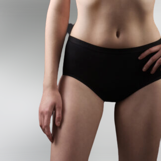 antybakteryjne majtki damskie czarne głębokie, na chudej modelce
