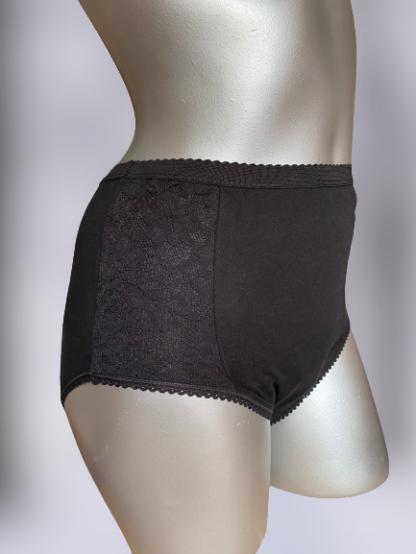 wielorazowe majtki chłonne na duże nietrzymanie moczu czarne wysokie z koronką na szarym manekinie