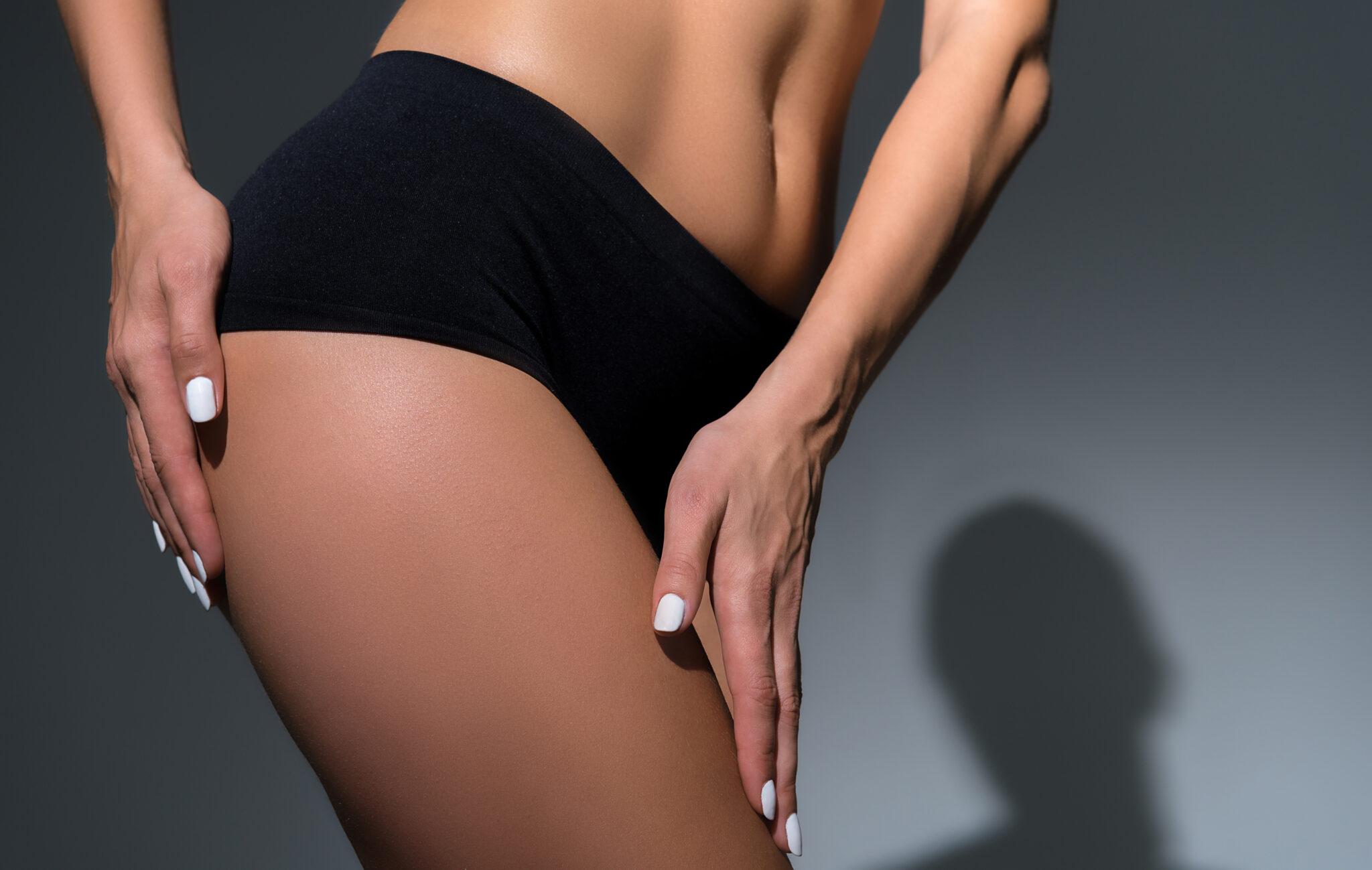 czarna bielizna na nietrzymanie moczu na szczupłej modelce